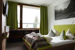 Doppelbettzimmer mit grünen Interieur (MyTirol)