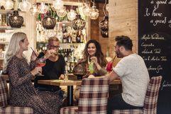 Drinks mit Freunden genießen (alpina zillertal)