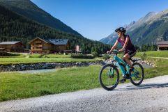 E-Biken auf Kieswegen in den Bergen (Tourismusverband Krimml)