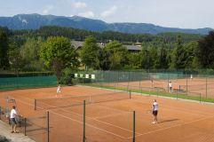 Eigene Tennisplätze für spannende Matches (KOLLERs Hotel)