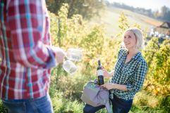 Ein Gläschen Wein aus den hauseigenen Weinbergen (c) Karin Bergmann (Ratscher Landhaus)