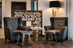 Ein Glas Wein im Wohnzimmer genießen (c) Thomas Haberland (Hotel Traumschmiede und Gasthof zur alten Schmiede)