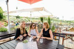 Ein Glas Wein mit Freundinnen bei traumhaftem Ambiente genießen (c) Karin Bergmann (Ratscher Landhaus)