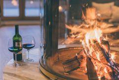 Ein Glas Wein vor dem gemütlichen Kaminfeuer genießen (c) Jenni Koller (Posthotel Achenkirch)