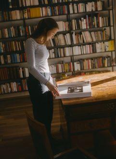 Ein gutes Buch in der BLÜbliothek genießen (c) Lisa Edi (Hotel Blü Gastein)