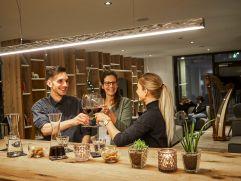 Einen Gläschen Wein mit Freunde in der Alpin Lounge genießen (c) Michael Gunz (Genuss & Aktivhotel Sonnenburg - Kleinwalsertal Hotels)
