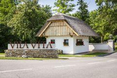 Einfahrt mit schilfgedecktem Haus (c)Kirchgasser Photography (VILA VITA Pannonia Pamhagen)