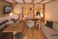 Einladende Zimmer mit atemberaubenden Aussicht in der Junior-Suite Saslong (Tirler-Dolomites Living Hotel)