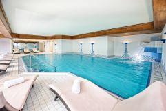 Einladendes Schwimmbad mit Liegebereich (c) Heimplätzer Werbefotografie (Concordia Wellnesshotel & Spa)