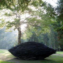 Elegante Holzskulptur (c) Arte Sella – G. Bianchi (TVB Valsugana Lagorai)