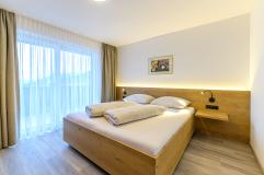 Elternschlafzimmer in der großen Penthousewohnung (c) Martin Ludwig (Wohlfühlhotel Schiestl)