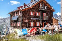 Enstpannte Rast auf der Kaltenberghütte beim Wandern (c) TVB St. Anton am Arlberg Patrick Bätz (VALLUGA Hotel)