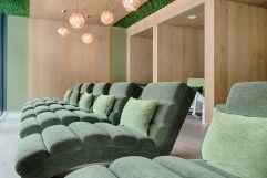 Entspannende Liegen im Moos-Ruheraum (Wellnessresort Amonti & Lunaris)