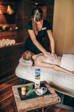 Entspannende Rückenmassage mit natürlichen Produkten aus Südtirol (c) Agentur Giggle (Hotel Quelle Nature Spa Resort)