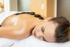 Entspannung bei einer Hot Stone Massage (Wohlfühlhotel Schiestl)