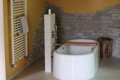 Entspannung in der freistehenden Badewanne (c) Aileen Melucci (Wellnesshotel Walserhof - Kleinwalsertal Hotels)