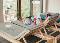 Entspannung pur bei einem guten Buch (Hotel Blü Gastein)
