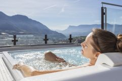 Entspannung pur im Hot-Whirlpool auf der Dachterrasse mit Blick auf die Weinberge (c) Tiberio Sorvillo (Hotel Golserhof)