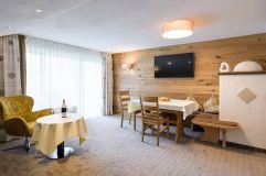 Exklusiver Wohn- und Essbereich der Suite (c) Thomas Bloch (Parkhotel Burgmühle)