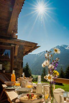 Exklusives Frühstück auf dem Balkon genießen (Benglerwald Berg Chaletdorf)