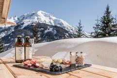 Exklusives Frühstück mit Blick auf die verschneiten Berge genießen (c) ratko-photography (Benglerwald Berg Chaletdorf)