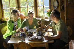 Familie beim Essen - (c) Helmuth Rier (Tourismusverein Klausen)