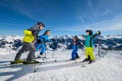 Familie beim Skifahren auf den sagenhaften Pisten des Raurisertals (c) Michael Gruber (Tourismusverband Rauris)