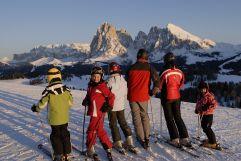 Familie beim Skifahren (Tirler-Dolomites Living Hotel)