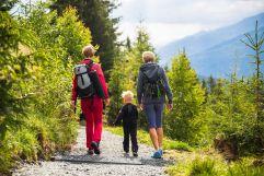 Familie beim Wandern am Rutschenweg (c)Wildkogel - Arena Neukirchen & Bramberg