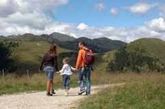 Familie beim Wandern in Tesino (c) Angela Ventin (TVB Valsugana Lagorai)