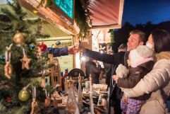 Familie genießt Abend am Adventsmarkt (c) Angélica Morales (TVB Silberregion Karwendel)