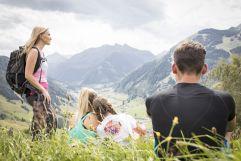 Familie genießt die herrliche Talansicht des Raurisertals (c) Florian Bachmeier (Tourismusverband Rauris)