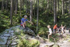 Familie genießt Wanderpause im Wald (Wildkogel Arena)