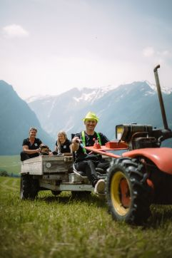 Familie Proßegger bei der Traktor-Fahrt (c) Wolfgang Scherzer - Verwolf Production (BergBaur)