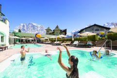 Familie spielt in der Badelandschaft im Sommer (c) www.360perspektiven.at (Leading Family Hotel & Resort Alpenrose)