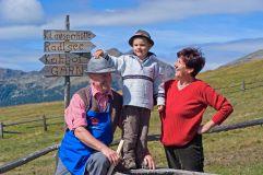 Familie vor Wegweisern im Tourismusverein Klausen
