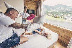 Familien-Kissenschlacht in der Suite (alpina zillertal)