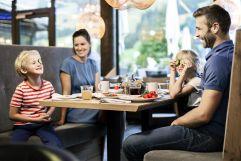 Familienmittagessen im Restaurant (c) Daniela Jakob (Oberjoch - Familux Resort)