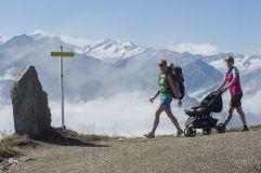 Familienwanderung vor beeindurckendem Bergpanorama (Wildkogel Arena)