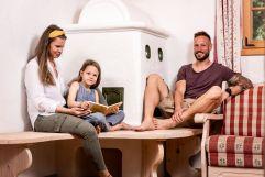 Familienzeit im Chalet (c) Peter Kuehnl (PURADIES Hotel & Chalets)