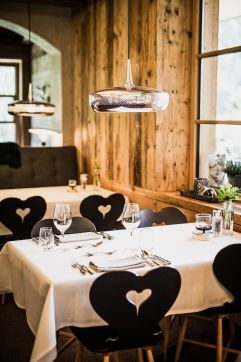 Festlich gedeckte Tische im Restaurant (c) Aileen Melucci (Wellnesshotel Walserhof - Kleinwalsertal Hotels)