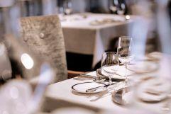 Festlich gedeckte Tische im Restaurant (c) Die West Werbeagentur (Trofana Royal)