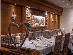 Festlich gedeckte Tische im Restaurant (c) Thomas Bloch (Parkhotel Burgmühle)