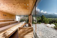 Finnische Sauna mit Panormafenster (c) Peter Kuehnl (PURADIES Hotel & Chalets)