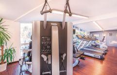 Fitnessgeräte im modern ausgestatteten Fittnessraum (Parkhotel Burgmühle)