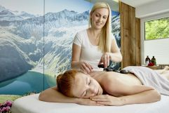 Frau bei Massage im Wanderhotel Gassner