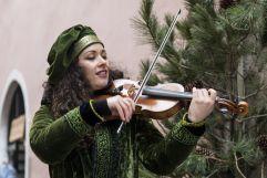 Frau beim Geige spielen (Tourismusverein Klausen)
