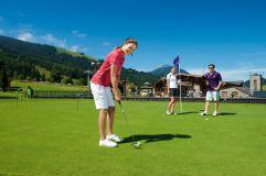 Frau beim golfen auf dem Putting Green im Sommer (c) Edward Groeger art in action (Der Krallerhof)