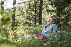 Frau beim Waldbaden (c) Alex Filz (Alphotel Tyrol)