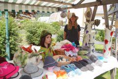 Frau betreut Stand mit gefilzten Waren am Krimmler Dorfmarkt (Tourismusverband Krimml)